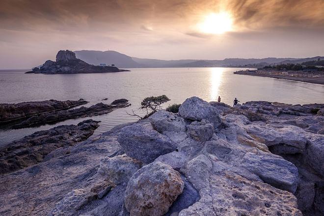 Kos-Insel - Küstenansicht des Dorfes Kefalos, der Insel Kastri und eines orthodoxen Tempels bei Sonnenuntergang