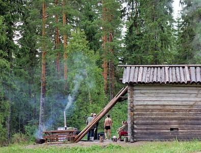 Saunakylä  Saunakylän yleiset lauantaisaunavuorot –  aidoissa savusaunoissa saunoen. Jämsä